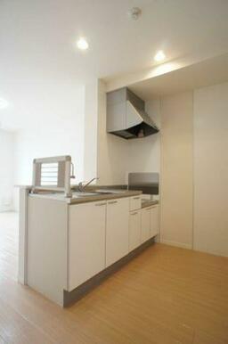 【キッチン】吊戸棚のないオープンカウンターキッチンは、開放的で明るい雰囲気の空間を演出します。