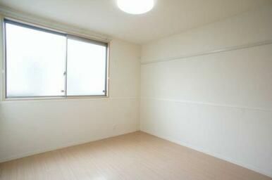 【洋室】大きな窓が付いていて明るい空間です。寝室や子供部屋など様々な用途にどうぞご利用ください。LE