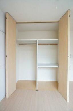 【収納】壁面の収納スペースは大きく扉が開くので、しまってあるものが一目でわかり出し入れも簡単ですよ。