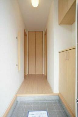 【玄関】上下に分かれた下駄箱は収納量はもちろん、お花や写真などを飾って彩りのある空間を演出できます。