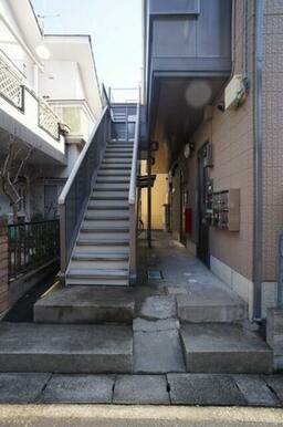 1階エントランス及び共用階段
