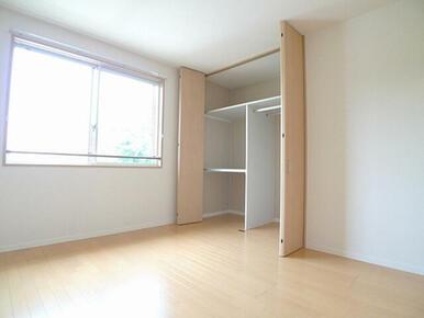 【洋室】洋室には天井まである収納があるので荷物の多いファミリーの方も安心です。スーツやコートも掛けら