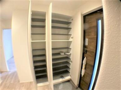 【玄関】棚板の高さが調節可能な大容量の玄関収納!