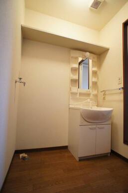 【脱衣洗面所】独立洗面化粧台装備◆左側は洗濯機置き場です◆上部の壁には棚があり意外と重宝します。