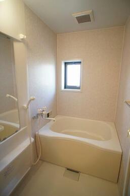 【浴室】お風呂は追いだき機能付きです◆換気にも明りとりにも便利な窓があります。