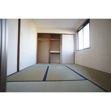 【和室】収納は布団をしまえる棚と洋服などを吊るせるハンガーパイプ付きです。