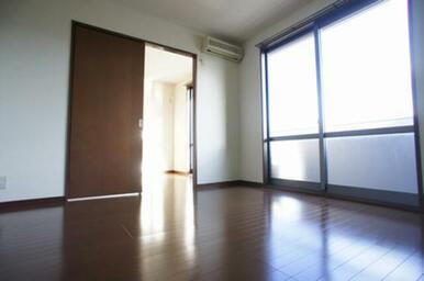 【南側洋室①⇒洋室②】エアコン装備◆建具を開けた使い方も可能です。