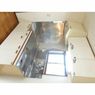 キッチンに窓あり。冷蔵庫置き場もゆとりがあります。