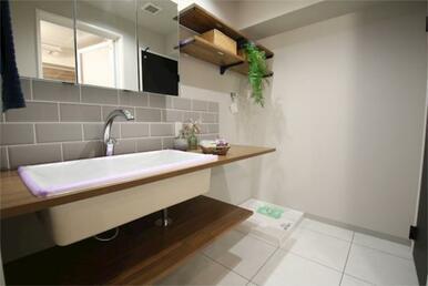 広々とした空間を意識して改装された洗面台は、シンクも広くおしゃれな内装に仕上がっております。