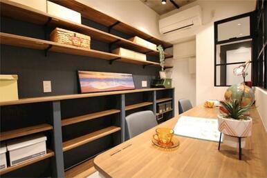本物件のポイント!書斎です!横に長いデスクに収納力豊富な棚があり、本や書類・備品類を収納できます。