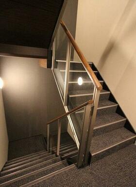 床はカーペット仕様のホテルの様な高級感のある共用階段です。