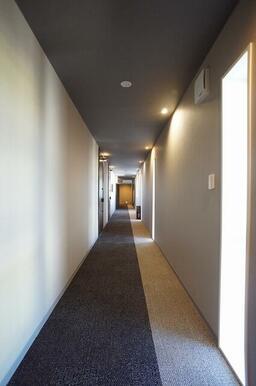 床はカーペット仕様のホテルの様な高級感のある共用廊下です。