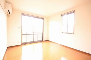 【洋室】窓が大きく、角部屋ということもあり日中は明るくお過ごしできます!