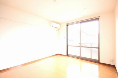 【洋室】8.3帖の洋室です。広々とした部屋になっています!