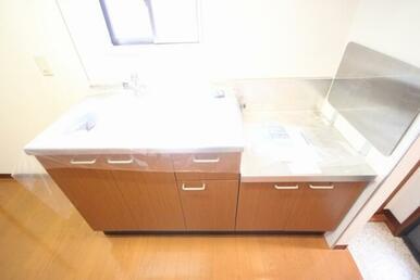 【キッチン】シンクも大きく水はねも少ないです!前には小窓が付いていますので明るく、換気もしっかりでき