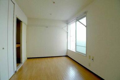 窓にはお洗濯物やお布団が干せる【お部屋で安心】が設置されています♪