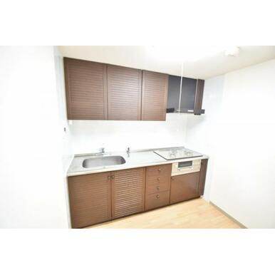 【キッチン】壁付けのキッチンにすることでよりリビングに開放感が生まれます