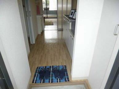 玄関はコンパクトながらも使い勝手のよい形にまとまっています。