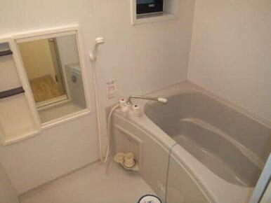窓付きの浴室は風を感じつつリラックスできます。寛ぎのバスタイムをお届けします。