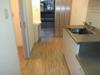 お部屋と玄関をつなぐ廊下は浴室やトイレへの動線も確保した作りです