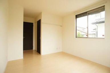 【北側洋室】正面ドアの向こうはリビング、その右手前はクローゼットです。