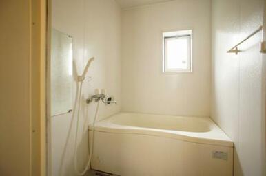 【浴室】給湯は追いだき式です◆換気用の小窓があります。