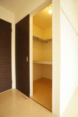 【北側洋室】ウォークインクローゼット(2.25㎡)上・中段の棚およびハンガーパイプが付あり、洋服の収
