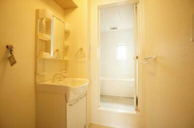 【脱衣洗面所】洗面化粧台は便利なシャンプードレッサー式です◆洗面台上部壁には棚があって意外と便利です