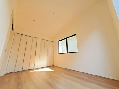 洋室 空間を広く見せる開放的な勾配天井の洋室です。