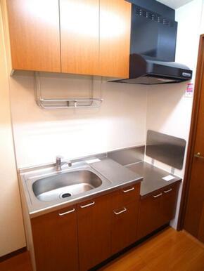 【キッチン】タオルも掛けられる吊り棚が御座います。多様するキッチン用品を置いておくと取り出しに便利で