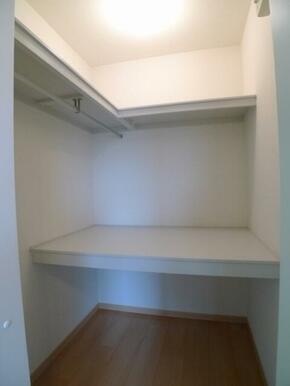 体がすっぽり入る【ウォークイン・クローゼット】を導入♪棚とハンガーパイプでお布団や衣服を効率良く収納