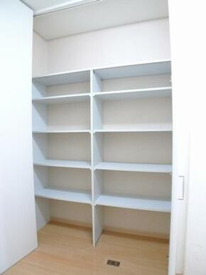 【収納】キッチン横には収納スペースがあり、パントリーとしてもご利用できます♪