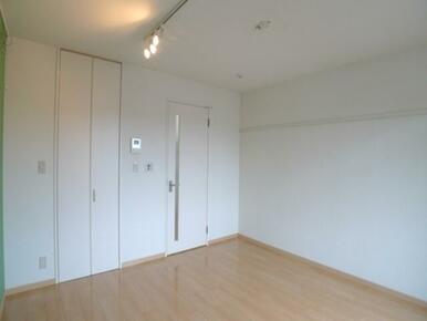 【洋室】床は高級感のある【フローリング仕様】です♪エアコンを1基設置しました♪
