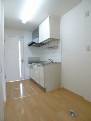 キッチン♪料理の臭いが洋室にこもりにくい間取りです♪上部の【吊り戸棚】により収納力アップ♪