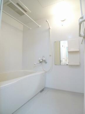 【浴室】浴槽には小物を置ける棚も設置されています♪棚スペースはありますが、お好きなラックを持ち込んで
