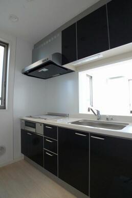 【キッチン】上下収納有でキッチン周りをきれいに保てます♪