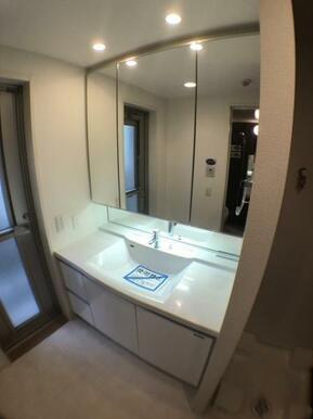 【洗面台】 3面ミラーキャビネットを利用して整理整頓!十分な広さで身支度もスムーズにできます!