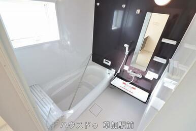 浴槽に座れる段差があるので、座って半身浴も出来ます♪日々の疲れも癒せそうですね♪