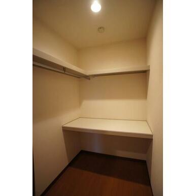 【収納】棚板が3段あり、深さも有りますので、用途に合わせて収納できます☆!