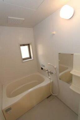 浴室には窓があるため明るく換気も出来ます☆ゆったりスペースでリラックスしてください♪