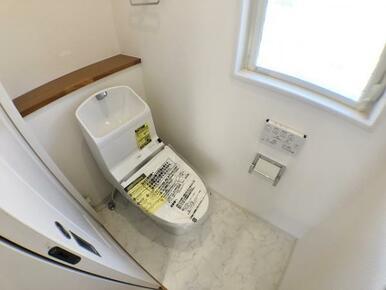 【トイレ】 換気はもちろん採光も確保してくれる窓付!