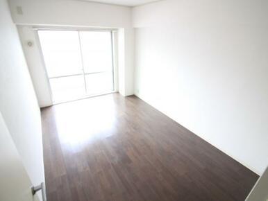 洋室2部屋はバルコニーに面しており、明るい陽光そそぐひだまりの空間が広がります。