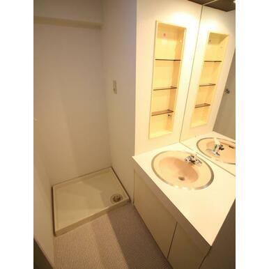 スキンケア用品や歯ブラシを置くスペースもしっかり確保済み。