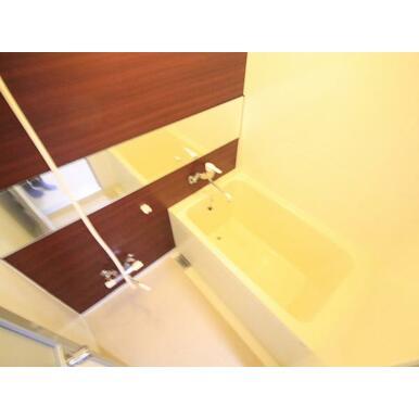 ワイドミラーが上質な空間を演出するバスルーム。