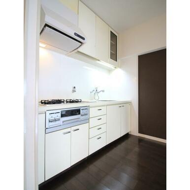 収納スペース豊富なキッチン。平成26年にコンロ交換済みです。