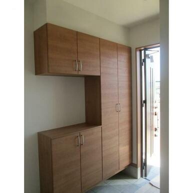 玄関横に小さなスペースがあり収納はたくさんできる玄関です。