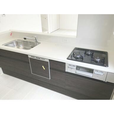 キッチン 耐久性の高い人工大理石カウンター!食洗機・浄水栓付きです。