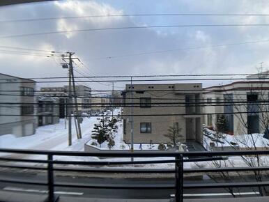 「眺望」バルコニーの対向側に高い建物はなく、抜け感があります。