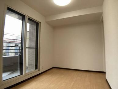 「洋室」 約4.8帖 バルコニーに面しており、日当たりの良いお部屋です。