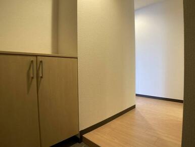 「玄関」棚板の高さ調節が可能なシューズボックス付きです。
